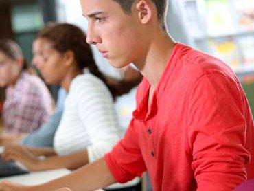 chico-adolescente-con-ordenador