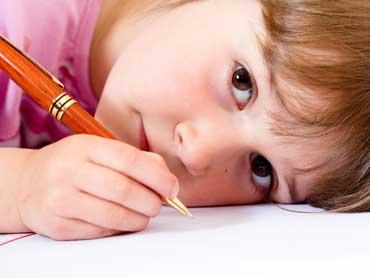 nino-pequeno-escribiendo